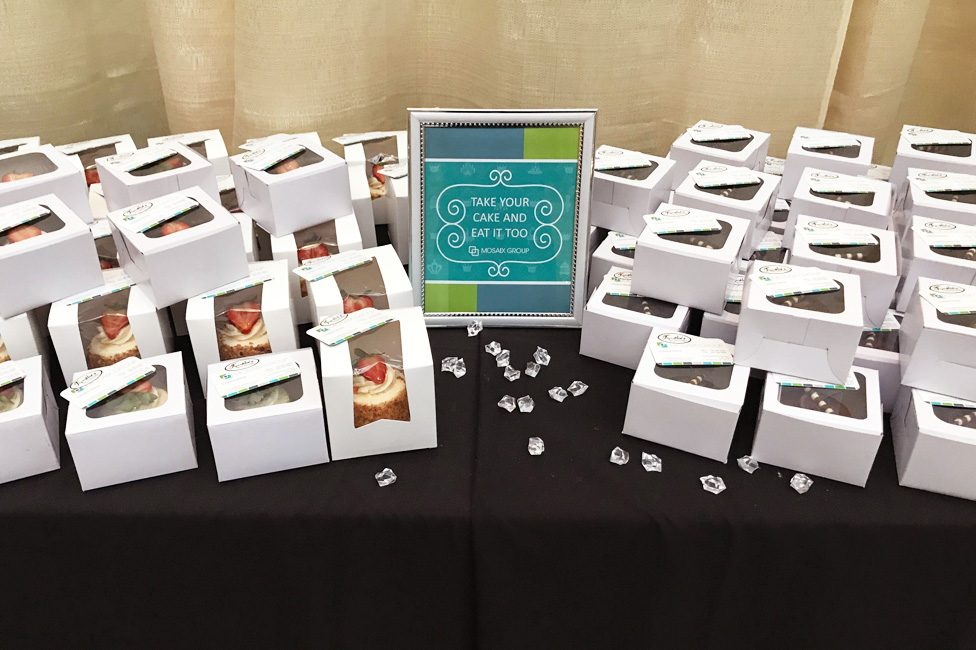 Gift table featuring takeaway cakes for guests
